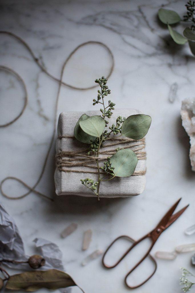 Tröttnat på förra årets julduk? Slå in klapparna i spillbitar av den. Pimpa med eucalyptus blad.