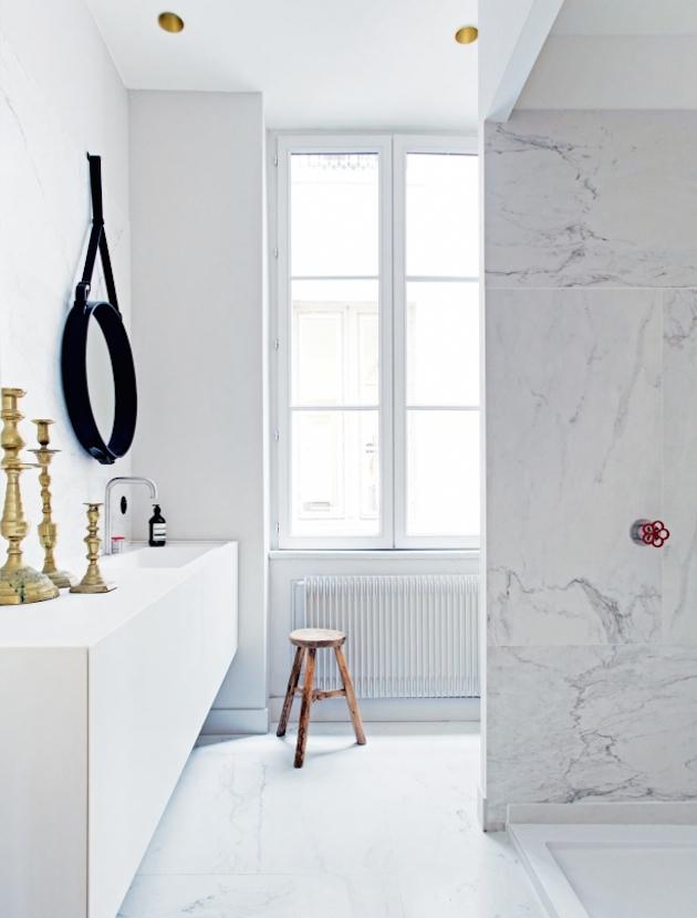 moulding marble-white-bathroom-photo-felix-forest